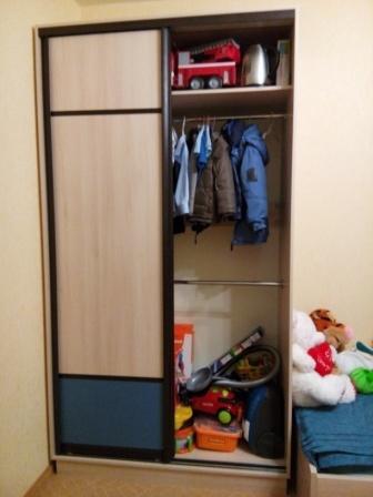 Фото мебели детской комнаты: заполнение шкафа-купе - полка штанга для одежды
