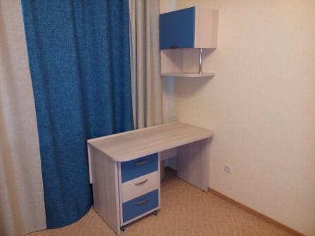 Фото мебели детской комнаты: стол и навесной шкаф
