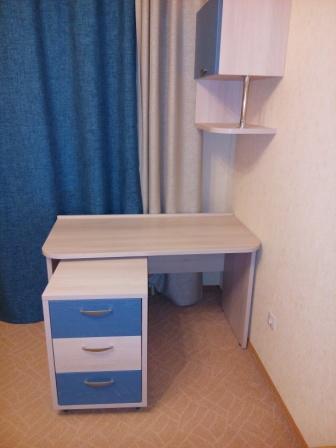 Фото мебели детской комнаты: стол и навесной шкаф выкатная тумба