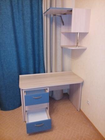Фото мебели детской комнаты: дверь навесного шкафа открывается с помощью BLUM HK-XS