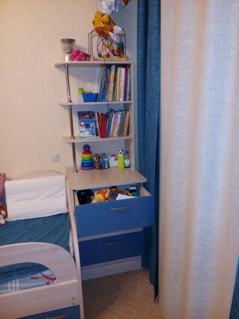 Фото мебели детской комнаты: комод с выдвижными ящиками и открытая полка