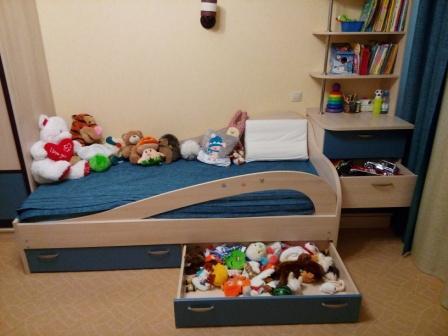 Фото мебели детской комнаты: кровать с выдвижным ящиком механизм выдвижения BLUM