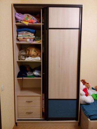 Фото мебели детской комнаты: заполнение шкафа-купе-выдвижные ящики полки