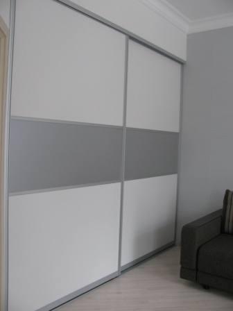 Шкаф встроенный с раздвижными дверями