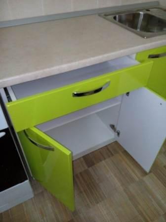 Кухня на заказ в Волжском: нижняя секция с выдвижным ящиком