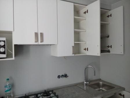 Сочетание белый и бетон в кухне