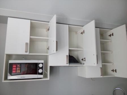 Навесные шкафы кухни под потолок с минимальным зазором