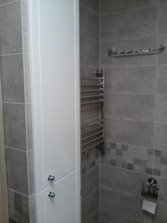 Элегантный шкаф в ванную - белый глянец