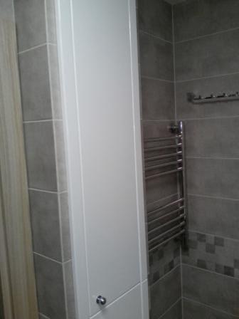 Двухдверный встроенный шкаф в ванную комнату
