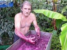 Николай отличный мастер по изготовлению домашнего вина и чачи